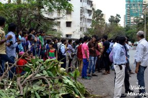 Crowds waiting outside SRK's house, Mannat