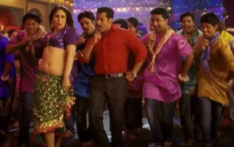 Kareena Kapoor in Fevicol Song, Credit: www.showbizbites.com